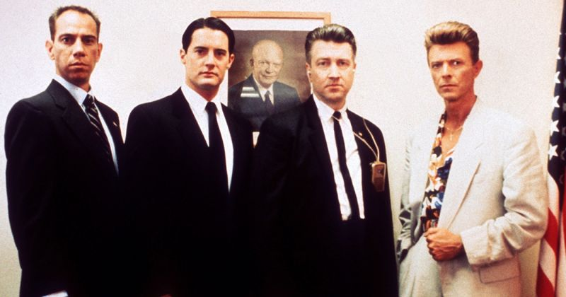 "Miguel Ferrer, Kyle Maclachlan, David Lynch eDavid Bowie no set de ""Twin Peaks: Fire Walk With Me"" (Foto: Reprodução)"