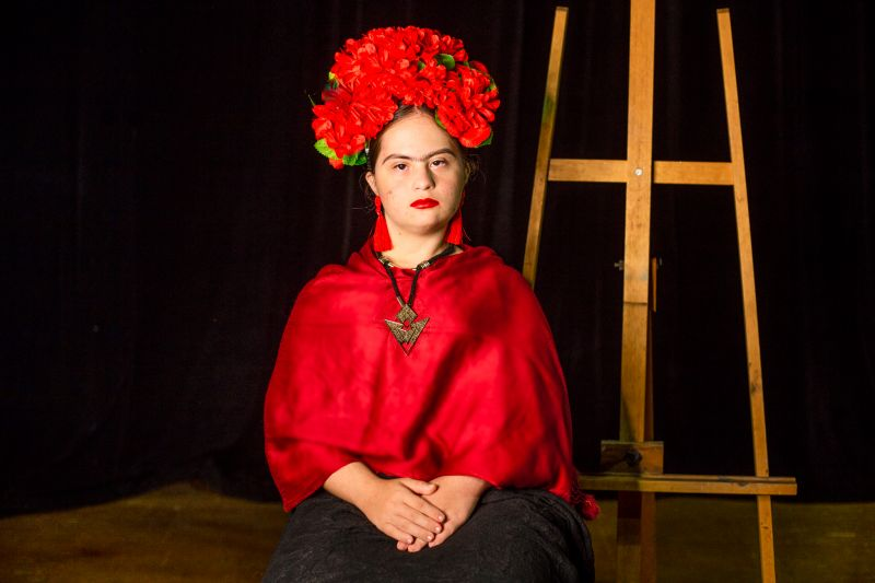Ana Caroline Piragine Paiva, de 20 anos, como Frida Kahlo (Foto: Hugo Battaglion)